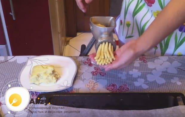 рукой придерживаем заготовку, когда она появляется из мясорубки.