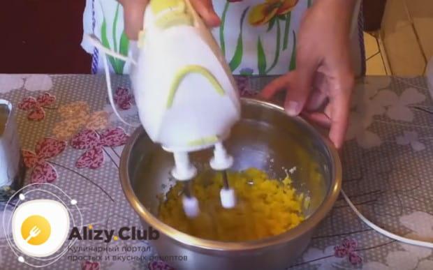 Желтки с сахаром взбиваем миксером.