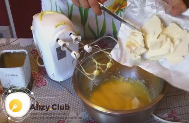 Добавляем в желтковую массу размягченный маргарин.