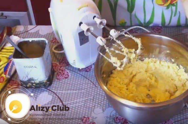 Взбиваем маргарин с яичной массой до состояния пышной кашицы.