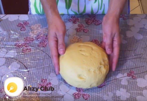 Понемногу добавляя в массу муку, замешиваем тесто.