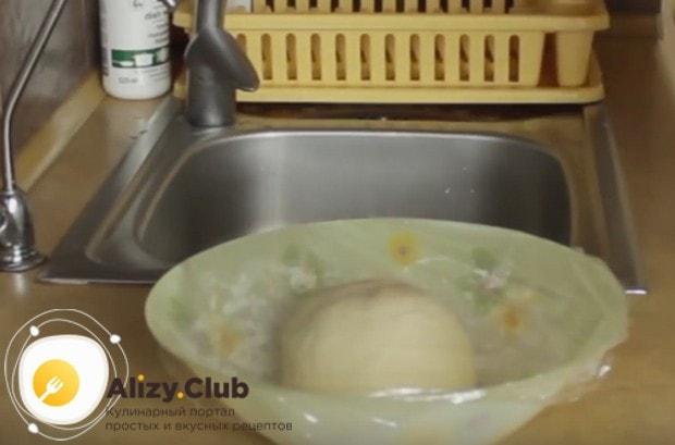 Готовое тесто накрываем пищевой пленкой и даем ему немного отдохнуть.