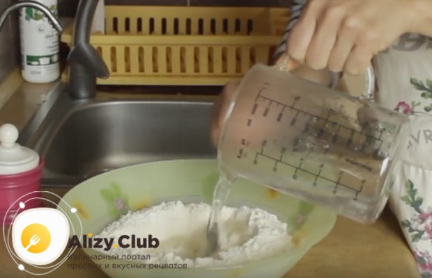 Смешиваем горячую воду с солью и вводим ее в просеянную муку.