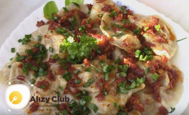 Готовое блюдо можно подавать с зажаркой из лука и томатной пасты.
