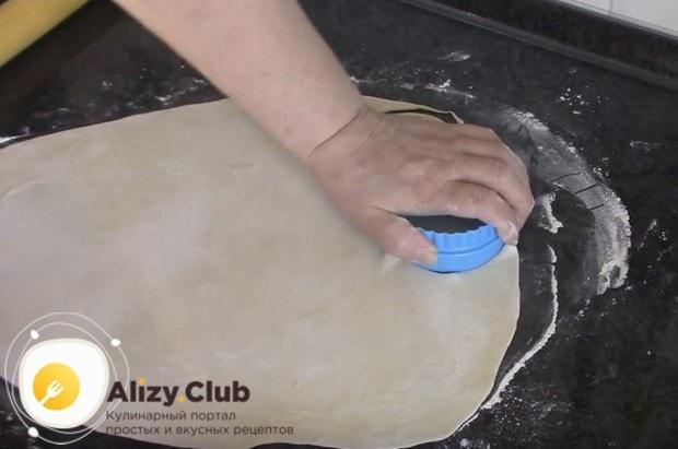 Из теста вырезаем круглые заготовки для вареников.