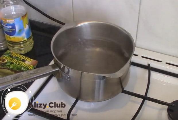 Чтоы приготовить постные вареники с капустой, сначала вскипятим воду.