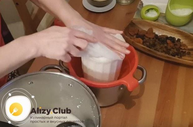 Укладываем мешочек с творогом в форму для сыра.