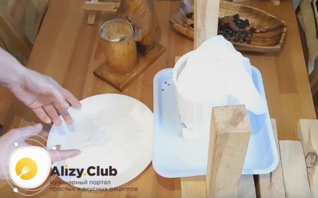 Затем ужепросоленную гловку снова отправляем в мешочек и в форму, чтобы с нее еще стекала жидкость.
