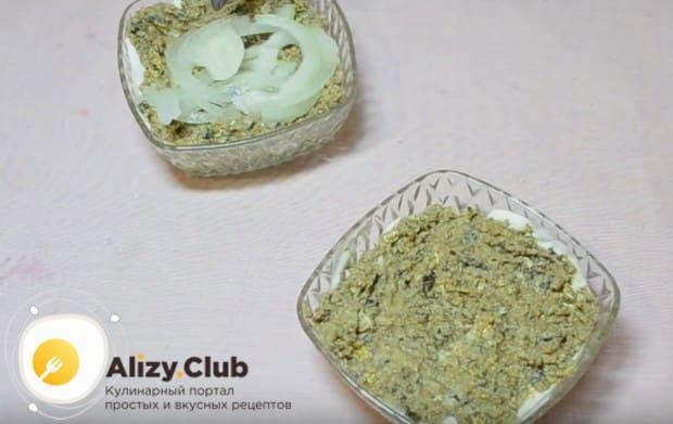 С лука сливаем маринад и выкладываем его после шпрот.
