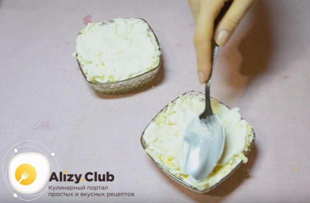 Далее делаем слой натертых на терке яиц.