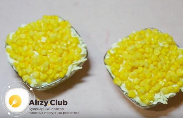 сверху выкладываем консервированную кукурузу.