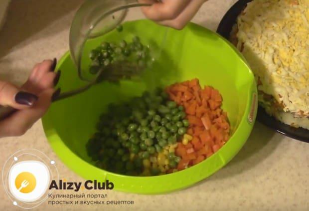 В миске смешиваем нарезанную морковь, горошек и кукурузу.