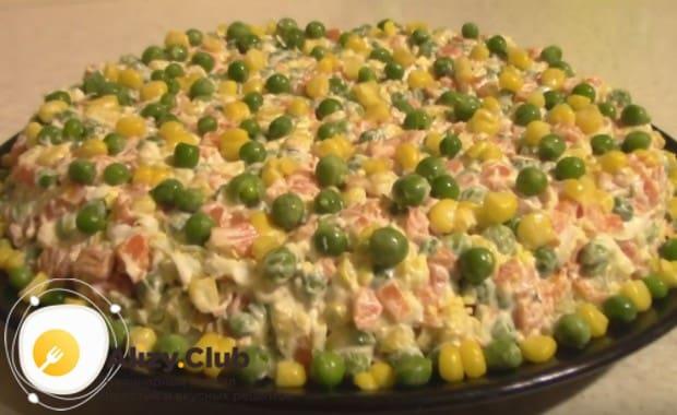 Вот таким аппетитным и ярким получается салат со шпротами и горошком.