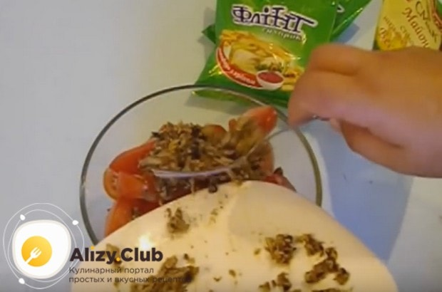 разминаем шпроты вилкой и выкладываем к овощам.