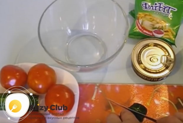 Очень вкусным получается салат со шпротами и помидорами.