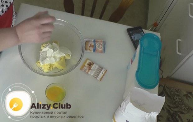 К маслу добавляем творожную массу, а также сахар и ванилин.