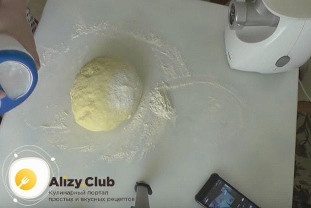 Замешиваем гладкое мягкое тесто.