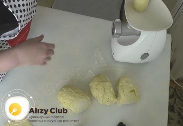 Порциями закладываем тесто в мясорубку.