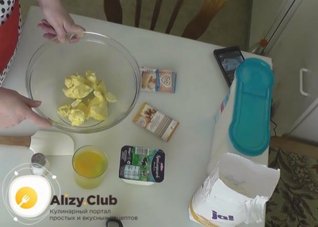 размягченное сливочное масло выкладываем в миску и делим на кусочки.