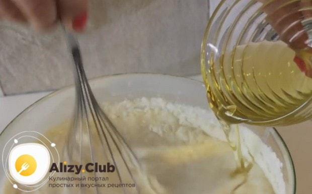 Вводим растительное масло в тесто для яблочных блинов.