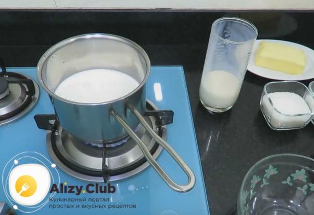 В сотейнике доводим до кипения молоко.