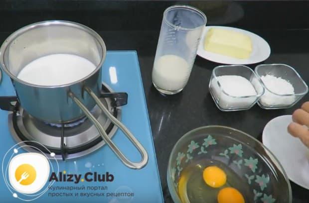 Пока молоко нагревается, разбиваем в миску два яйца.