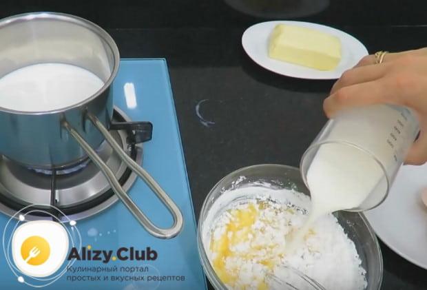Перемешиваем яйца с крахмалом и добавляем к ним понемногу холодное молоко.