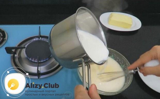 Часть закипевшего молока вводим в заготовку для крема и завариваем.