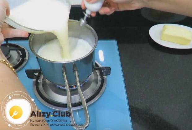 Затем переливаем смесь в сотейник к остальному молоку и ставим на огонь.