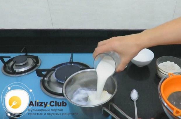Выкладываем в сотейник сливочное масло и добавляем к нему молоко и воду.