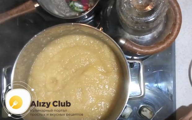 Чтобы заготовить яблочное пюре на зиму, после измельчения блендером важно еще раз довести массу до кипения.