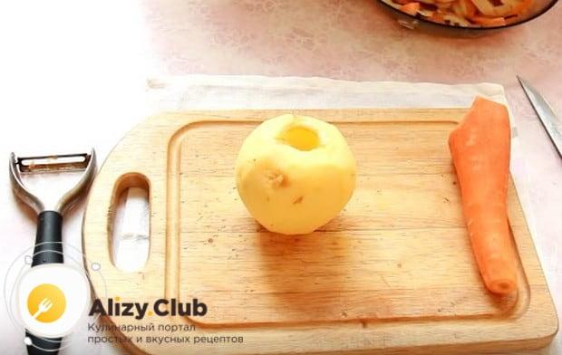 Очищаем от кожуры и семян яблоко.