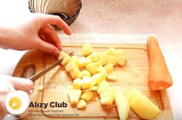 Нарезаем яблоко и морковь небольшими кусочками.