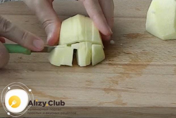 Чтобы приготовить вкуснейшее яблочное пюре Неженка, чистим и нарезаем яблоки